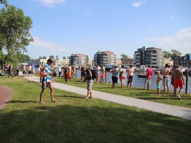 Jonge zwemmer raakt in de problemen in haven Katwijk [video]