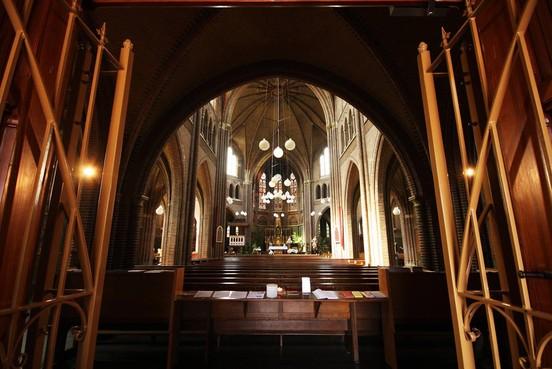 Wonen in een parochiehuis, of klaverjassen in de kerk?