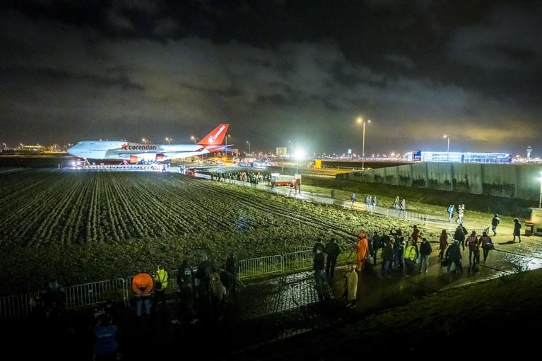 Boeing 747 heelhuids over A9 getransporteerd [video]