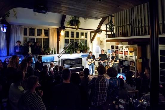 Gastvrij; geen preek maar muzikaal onthaal bij huiskamerconcert in de Prinsesselaankerk in Beverwijk
