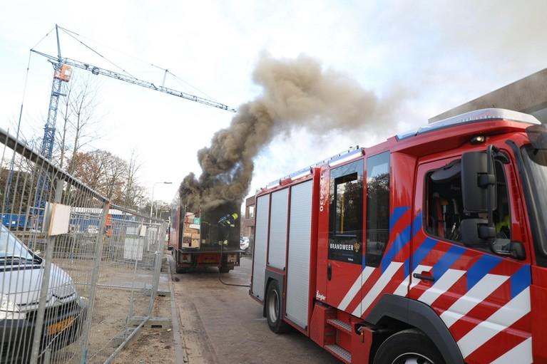 Brand in oplegger vrachtwagen met levensmiddelen Santpoort-Zuid [video]