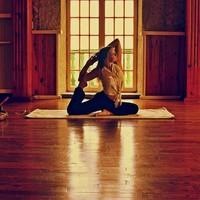 Imre van Kraalingen (21) geeft yogales in Oeganda, Sri Lanka en Indonesië.