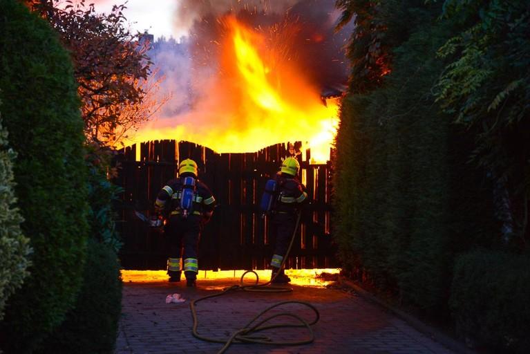 Caravan bij woning in brand in Heemskerk