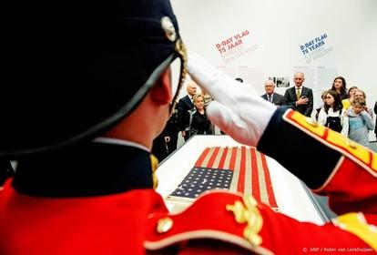 Kreuk overhandigt D-day-vlag aan Trump