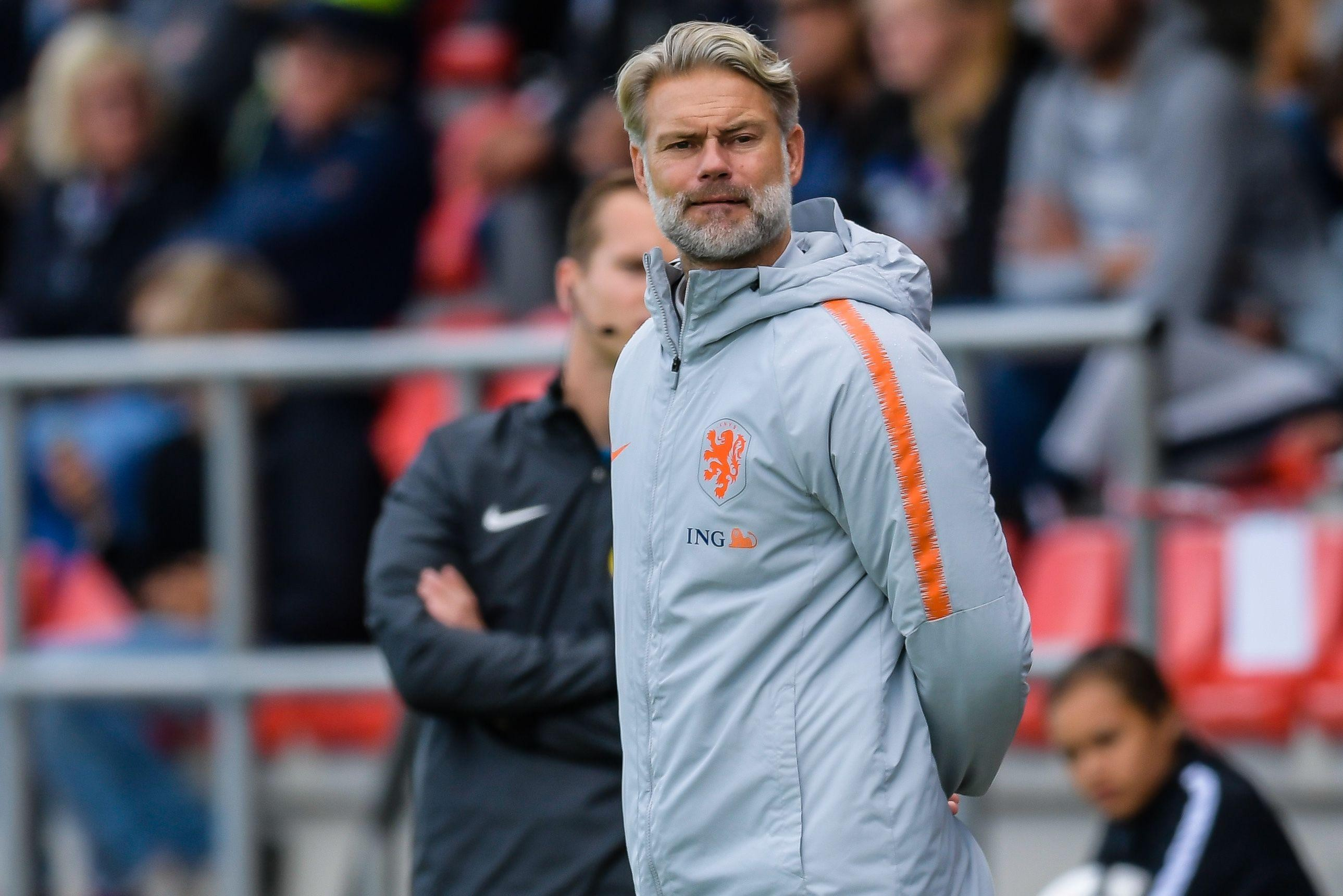 Column Punten van Spaan: Peter van der Veen, de coach van Oranje O17, wekte de indruk aan een verlaging van de - Leidsch Dagblad