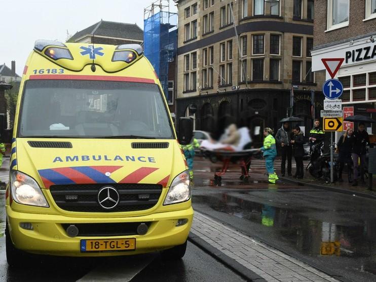 Zwangere vrouw onderuit op kruising in Leiden