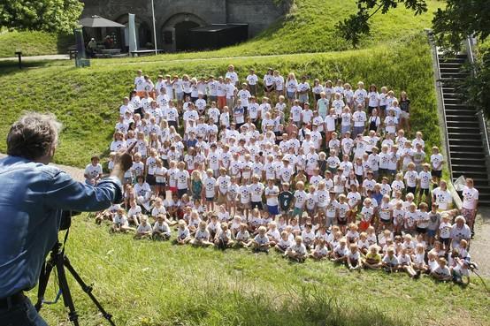 Rehobothschool vereeuwigt zichzelf op Vestingwallen vanwege 125-jarig bestaan