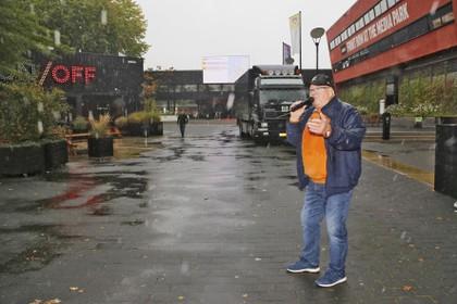 'Muziek waar ze op neerkijken': Ludieke actie op Mediapark met Henk Wijngaard [video]