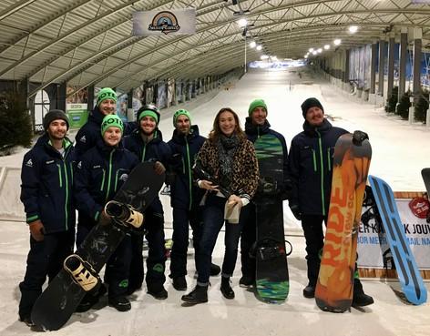 Zoeven met Bibian op een snowboard
