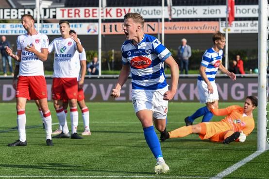 Spakenburg-tiener Hero van Lopik gaat bij winst op de 'Rooien' maandag in zijn blauwe trainingspak naar school