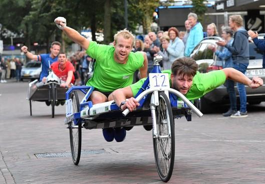 Bij NK Beddenrace in Bergen zijn Jeroen Munster en Koen de Waard de concurrentie nét te snel af