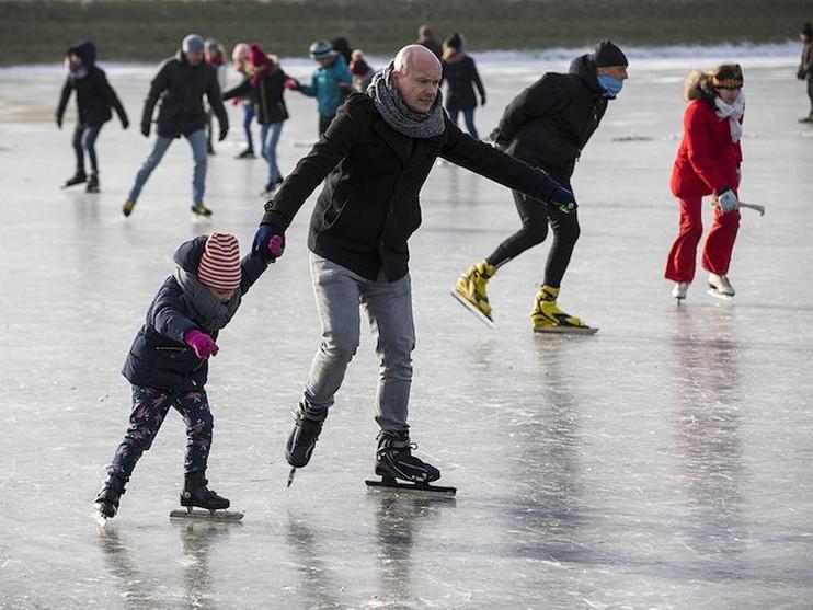 Gezellige drukte op natuurijsbaan in Spaarndam