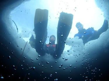 Duiken onder ijs in Frans skigebied [video]