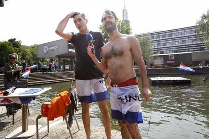 Belofte maakt schuld: DJ's AVROTROS duiken in Hilversum in de vijver voor Duncan Laurence [video]
