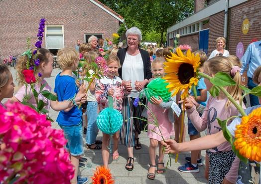 Havenrakkers in Broek in Waterland neemt afscheid van juffen: aan alle leerlingen op het plein lesgegeven