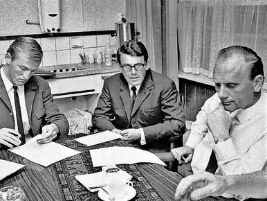 Wim de Jager (links) tekent zijn contract. Naast hem Henk van der Hoef en Jan van der Ben, bestuursleden van Alkmaar'54.