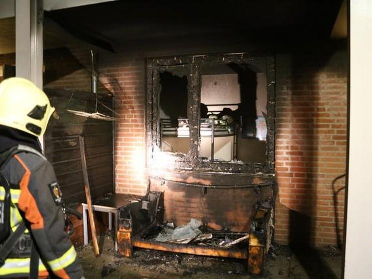 Portiekbrand slaat over naar woning in Lisse