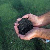 De rubberen korreltjes op de kunstgrasvelden bevatten kankerverwekkende stoffen.