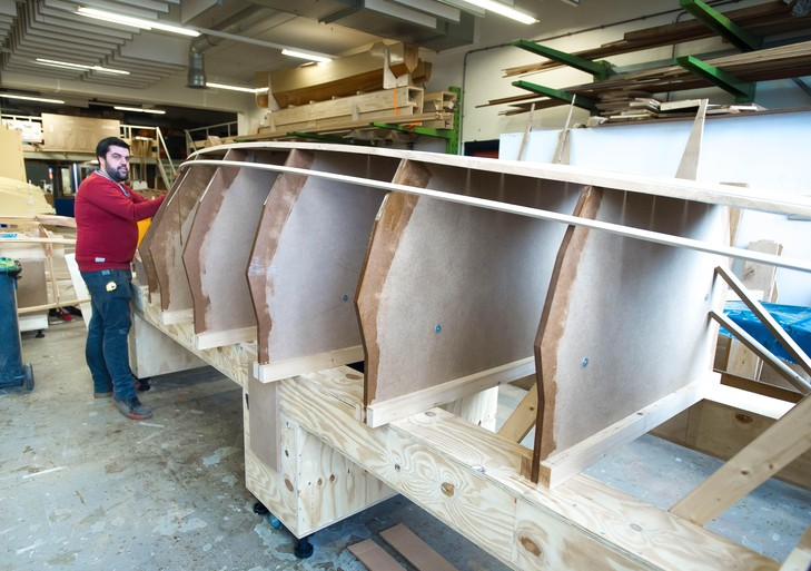 Timo en Nick bouwen van eikenhout Zaanse gondel die Monet schilderde
