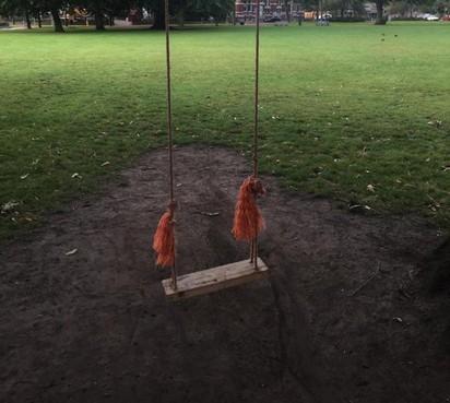 Buurtschommel in Haarlems Florapark mag voorlopig blijven: op de valreep toch nog een eigenaar