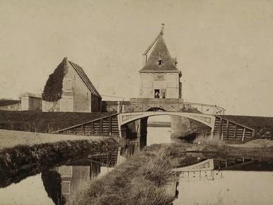 Archeologen vinden waterpoort uit 1598 in Enkhuizen