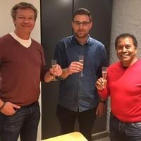 Gerd Jan van Dalen, Daan Hidden en AH'78-voorzitter James Pesiwarissa klinken op de samenwerking.