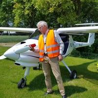 Christiaan Roselaar bij zijn MLA (micro licht vliegtuigje). De Nieuwe Niedorper is de nieuwe voorzitter van Vliegclub Wieringermeer.