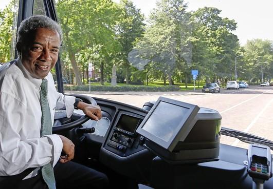 Eritrese vluchteling Miceal Mehretab is baas over de bus