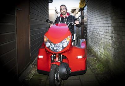 Niels in zak en as door vernielde scooter
