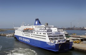 De Princess Seaways van DFDS Seaways in de haven van IJmuiden.