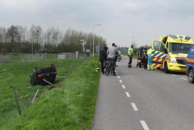 Auto belandt ondersteboven in weiland Benthuizen