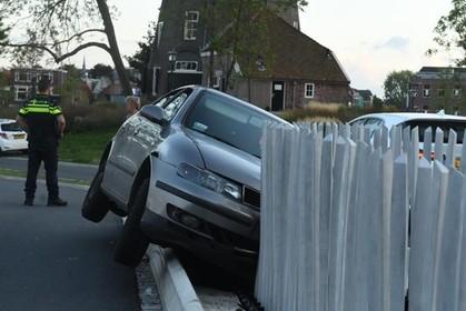 Automobilist aangehouden na rammen brugleuning in Leiden