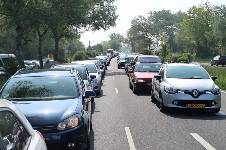 Verstappen zorgt voor grote drukte in Zandvoort, geen parkeerplaats meer te vinden [video]