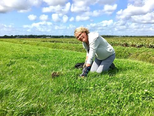Onderweg: Karin de Wildt uit Zuidschermer is altijd 'doenig'. Stilzitten vanwege een blessure of ziekte kan ze niet