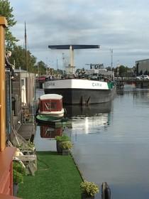 'Hotsebotsend' achteruit varende vrachtschepen jagen bewoners woonarken in Krommenie schrik aan