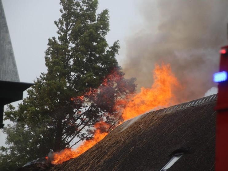 Grote uitslaande brand in rieten kap woning Sassenheim; houd ramen gesloten [VIDEO]