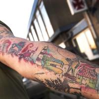 De tatoeage met onder meer de watertorens, het gemeentehuis en de vuurtoren.