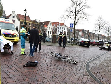 Fietser en scooterrijder gewond bij aanrijding in Leiden