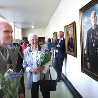 Burgemeester Broertjes en oud-burgemeester Jeltien Kraaijeveld-Wouters bewonderen het portret van een voorganger.