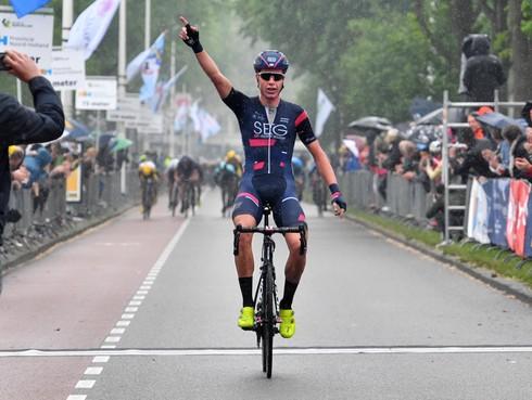 'Thuisrijder' Julius van den Berg wint in Alkmaar solo de Ronde van Noord-Holland