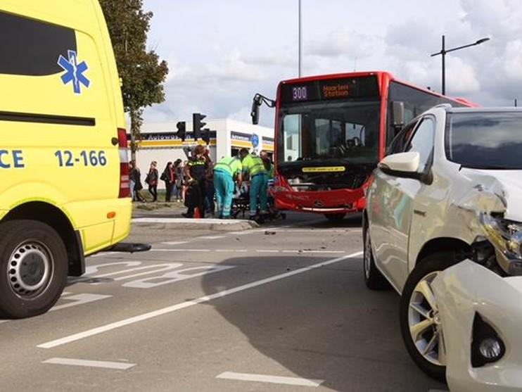 Lijnbus en auto botsen in Hoofddorp, drie gewonden