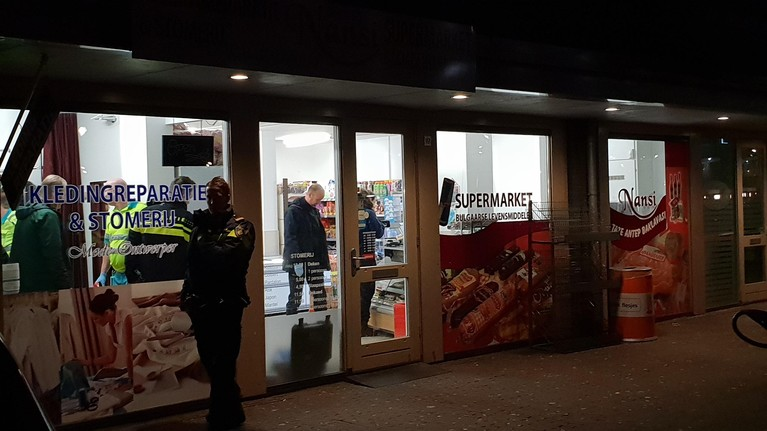 'Overvallers gaan winkeleigenaar met hamer te lijf in Zaandam'