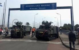 Landingsvoertuigen blokkeren de Moormanbrug voor autoverkeer.