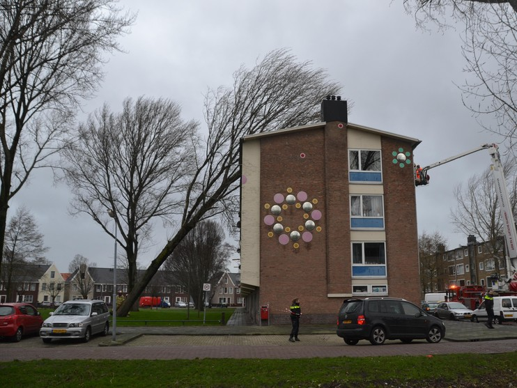 Boom valt tegen flat in Zaandam, woonark losgebroken
