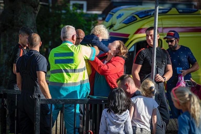 Kind door brandweer bevrijd uit hekwerk van basisschool De Dolfijn in Haarlem