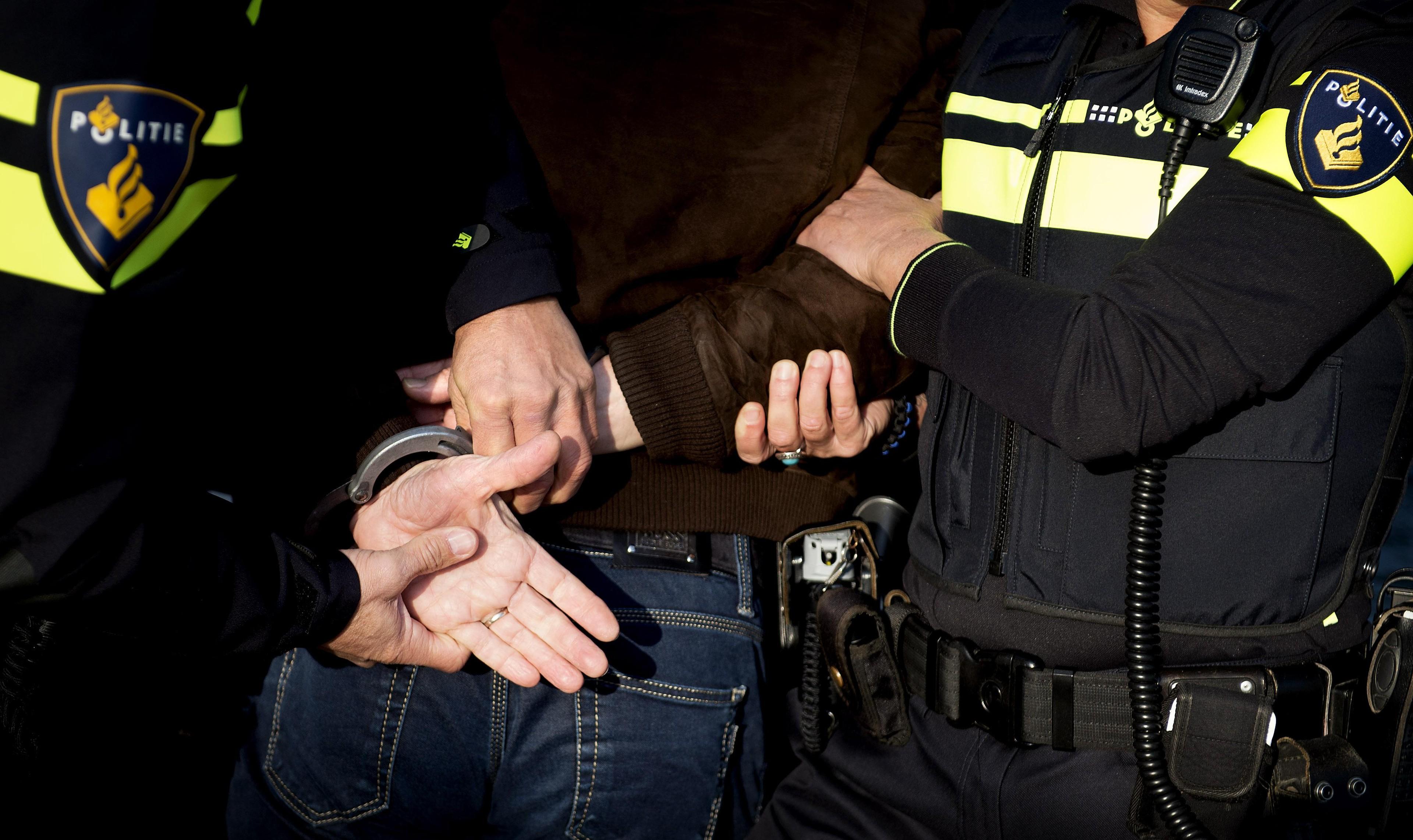 Man spuugt agent in gezicht in uitgaansgebied Alkmaar - Noordhollands Dagblad