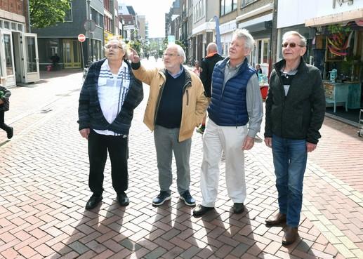 Na 55 jaar zijn vier Helderse vrienden weer even herenigd: 'Onze hele oude buurt is bijna verdwenen'
