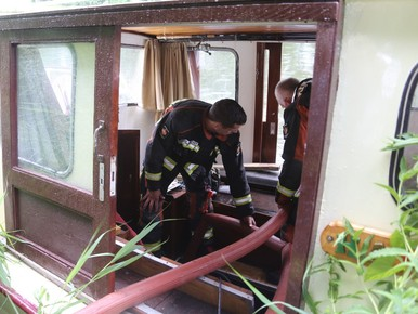 Man maakt proefvaart met lekke boot in Katwijk