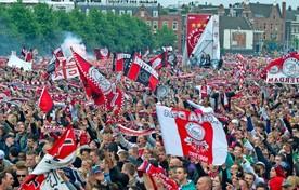 Ajax-fans bereiden zich voor op een feestelijke huldiging.