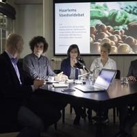 Tjeerd de Groot in gesprek met Jorrit Kiewik, Maartje Poelman, Coosje Dijkstra en Erik Buskens.